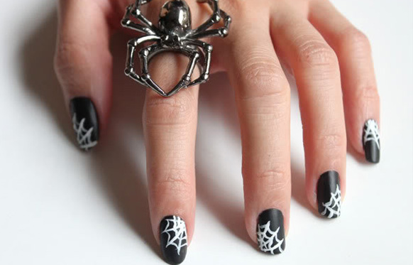 рисунок паутины на ногтях