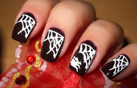маникюр на хэллоуин с рисунком паука