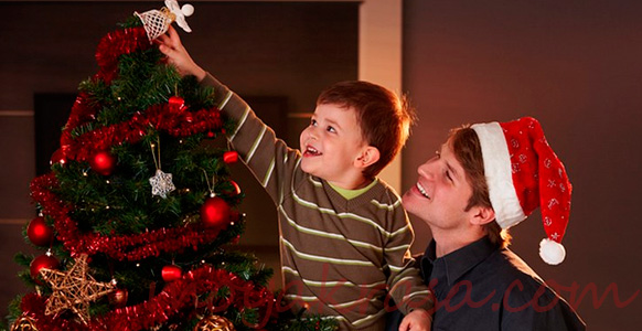 ребенок украшает елку