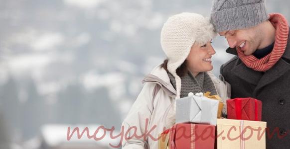 мужчина и женщина с подарками