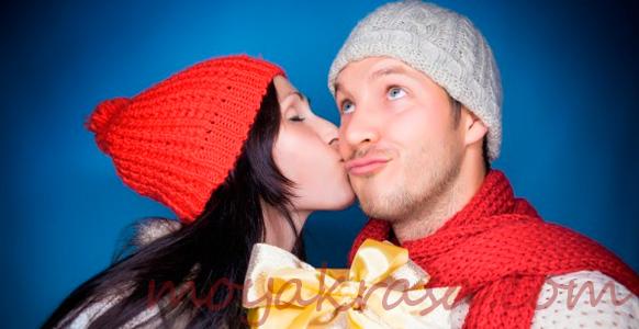 парень и девушка с подарком