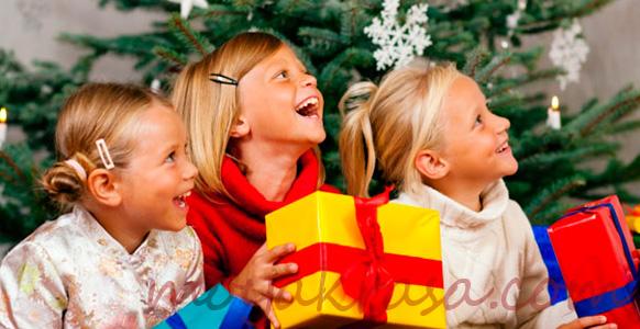 дети с рождественскими подарками