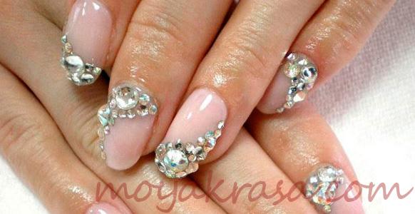 стразы на однотонных ногтях