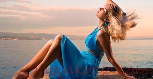 девушка в голубом платье