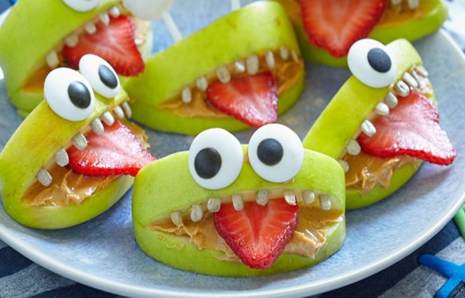 зкбастик из фруктов на Хэллоуин