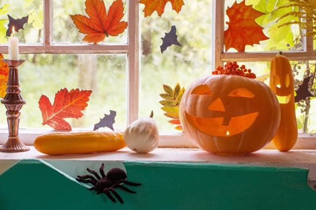 украшение окна на Хэллоуин