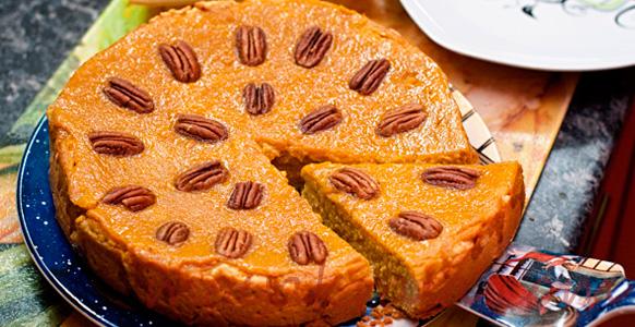 тыквенный пирог украшен орехами