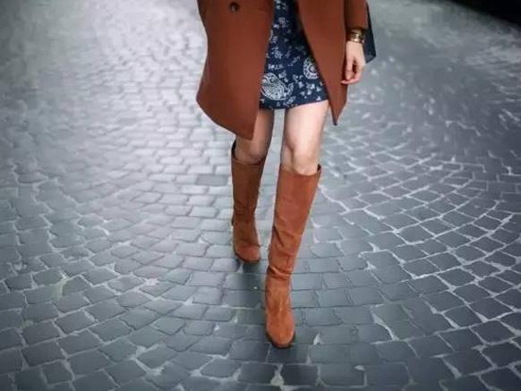 коричневые сапоги с коротким пальто