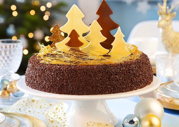 украшенный елками новогодний торт