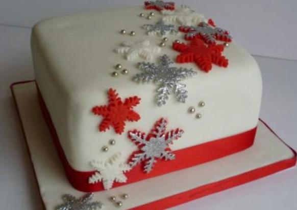 торт, украшенный снежинками
