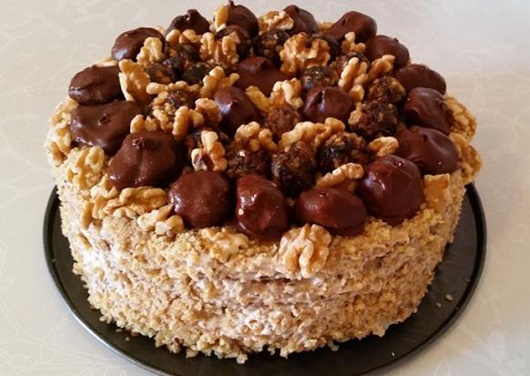 новогодний торт украшен орехами