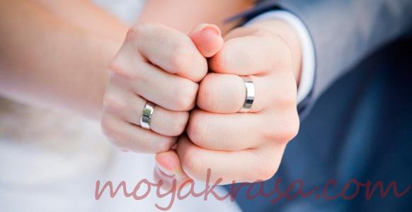 обручальное кольцо на безымянном пальце