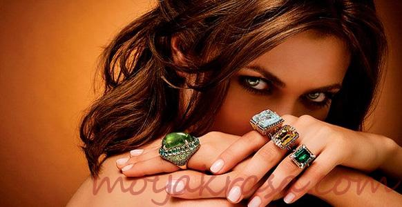 девушка с кольцами на руке