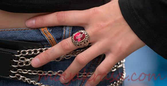 кольцо на средне пальце