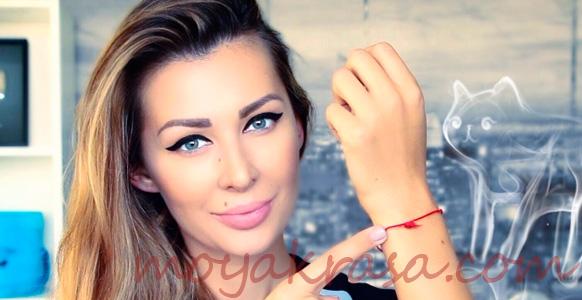 девушка с красной нитью на руке