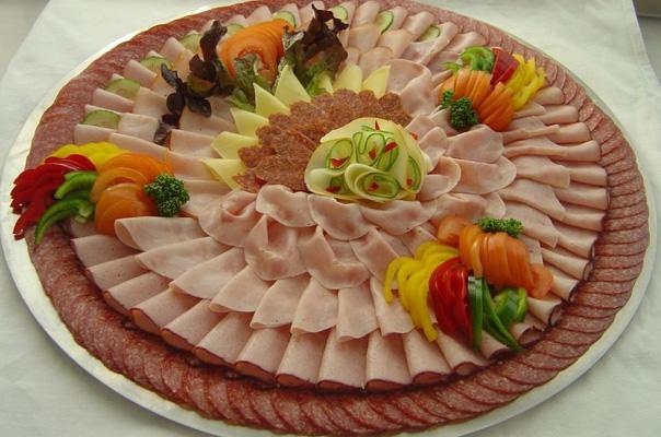 нарезка мяса с овощами