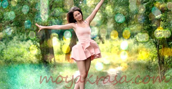 девушка в летнем бежевом платье