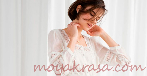 девушка в ажурном летнем платье белого цвета