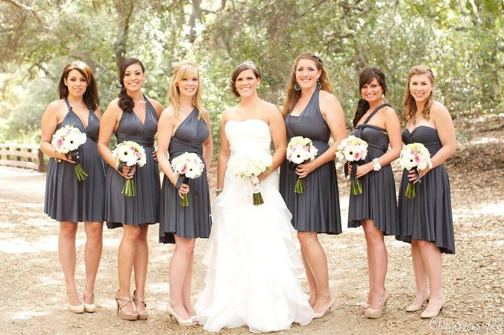 подруги невесты в коротких серых платьях
