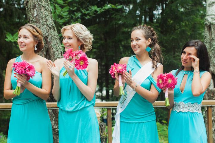 подруги невесты а платьях лазурного цвета