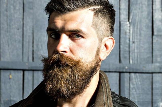 мужчина с усами и бородой