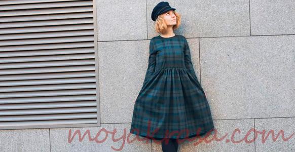 девушка в платья в модную клетку