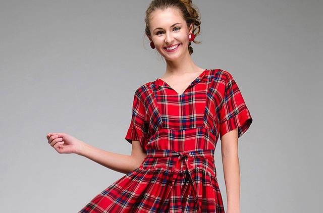 девушка в красном клетчатом платье