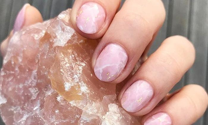 маникюр в виде розового кварца