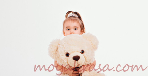 девочка с плюшевым медведем