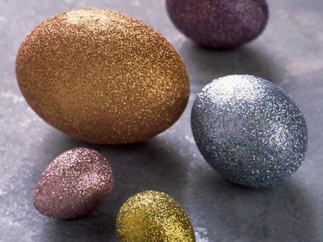 использование блесток в покраске пасхальных яиц