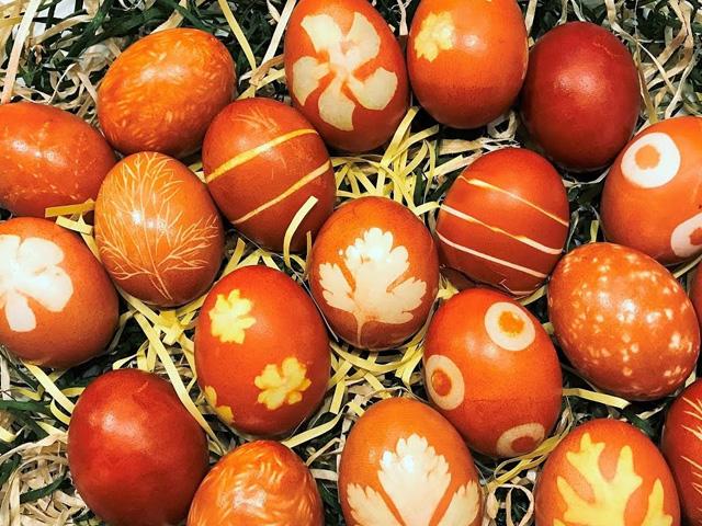 яйца с узорами от листьев