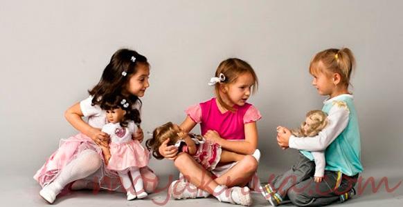 девочки играют с куклами