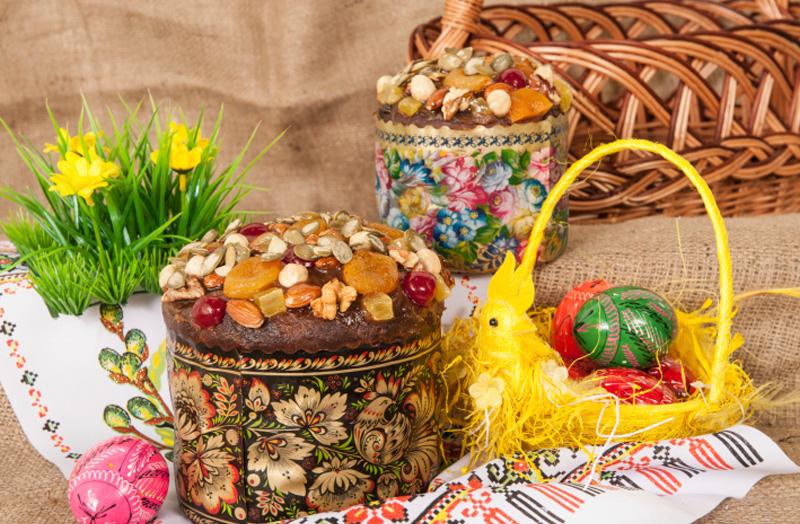 пасха украшенная сухофруктами