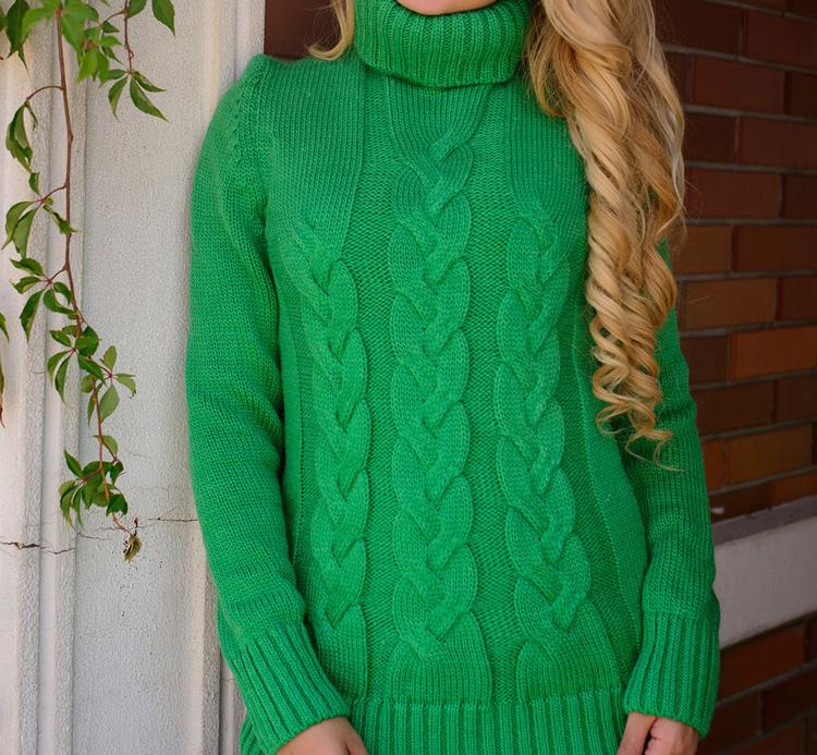 девушка в стильном зеленом свитере
