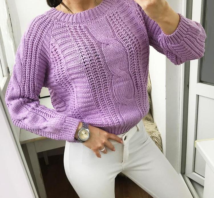 девушка в сиреневом свитере