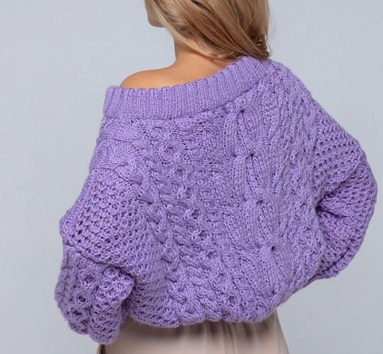 теплый вязаный свитер на молодой девушке
