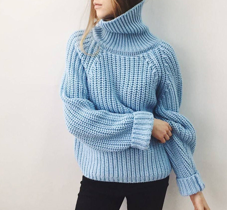 девушка в голубом свитере