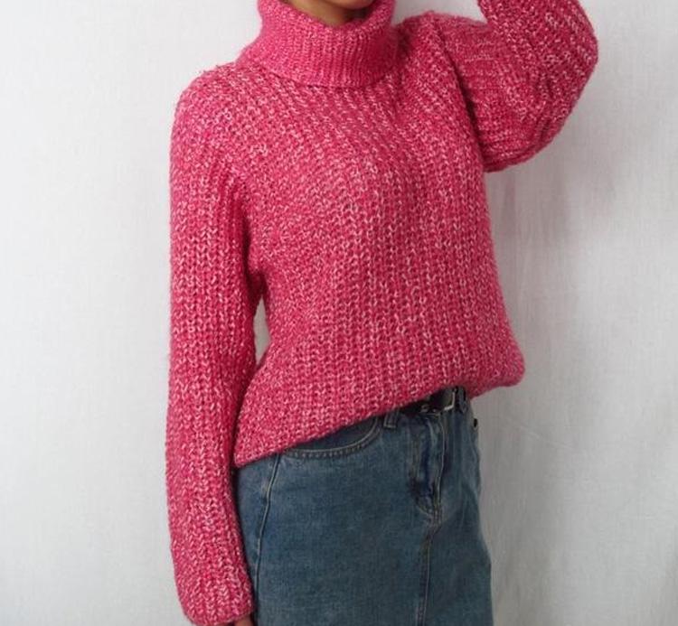яркий женский вязаный свитер
