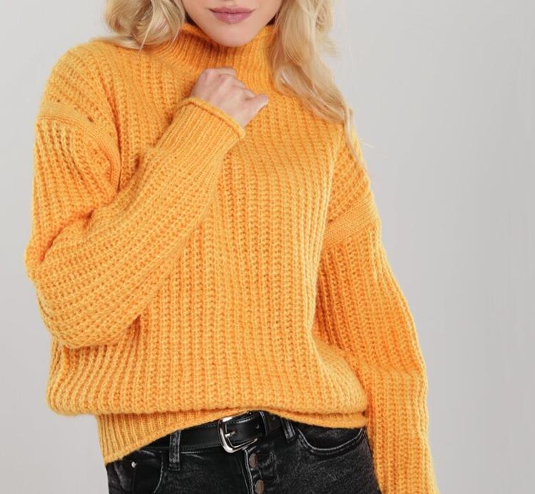 девушка в модном и стильном свитере