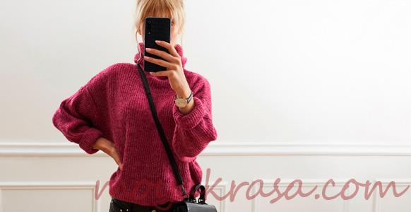 девушка в модном теплом свитере
