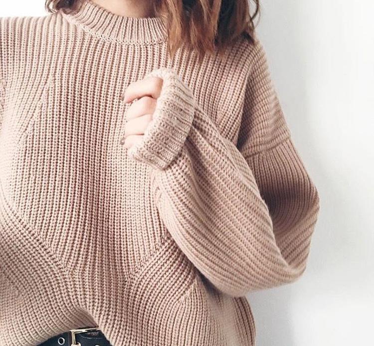 бежевый свитер крупной вязки
