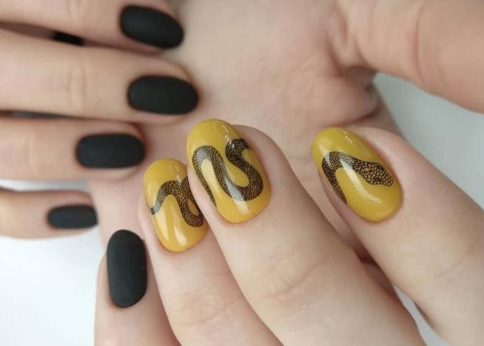 принт змей на желтом покрытии ногтей