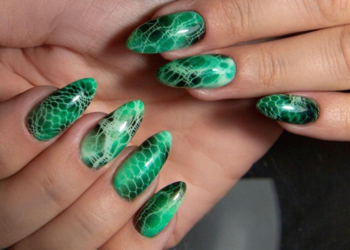 змеиный маникюр зеленого цвета