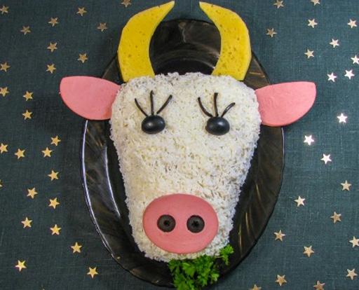 новогодний салат в виде головы Быка