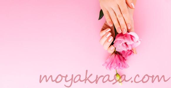 руки с розовым пенным маникюром