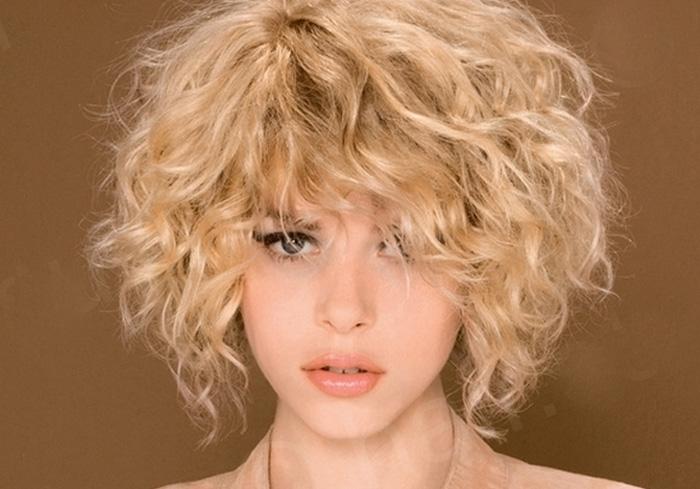 прическа на средние волнистые волосы
