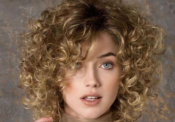 прическа на средние кудрявые волосы