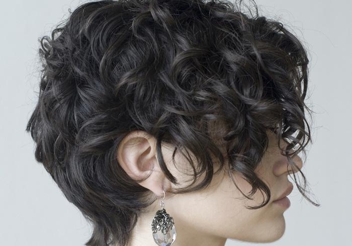 женская прическа на вьющиеся короткие волосы