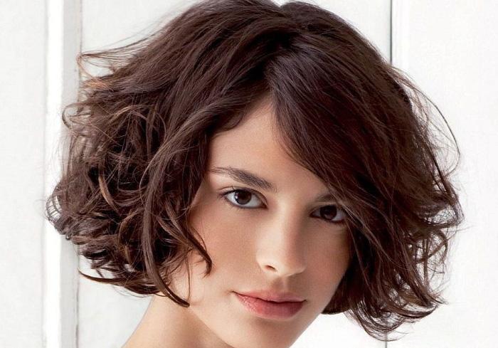 каре на волнистые волосы средней длины