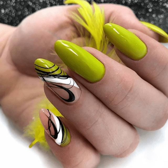 красивый летний маникюр в зеленом цвете